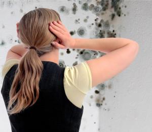 Frau mit Schimmel und Händen an Ohren
